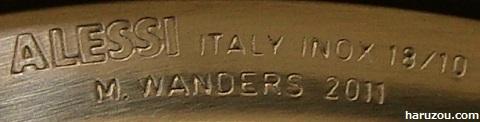 ALESSIブランドロゴの刻印とデザイナー名の刻印
